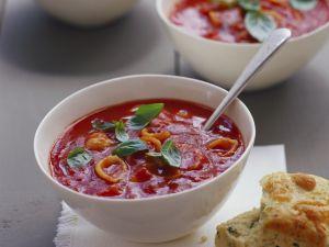 Tomatensuppe mit Käse dazu Kräuterbrot Rezept