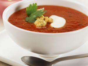 Tomatensuppe mit Paprika dazu Croutons Rezept