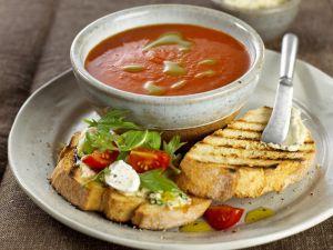 Tomatensuppe mit Ricotta-Röstbrot Rezept