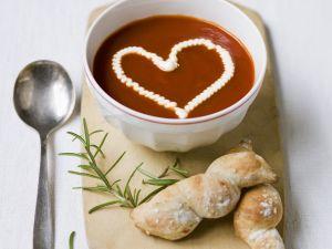Tomatensuppe mit Sahne-Herz Rezept