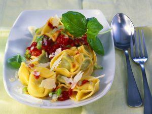 Tortellini mit Tomatensauce Rezept