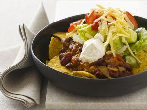 Tortilla-Chips mit Bohnen, Sauerrahm, Käse und Tomaten Rezept