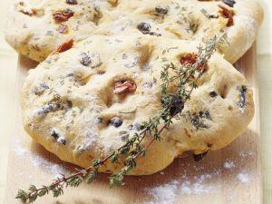 Toskanisches Weißbrot mit Oliven und getrockneten Tomaten (Focaccia) Rezept