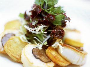 Trüffel-Jakobsmuscheln mit Maistalern und Salat als Vorspeise Rezept