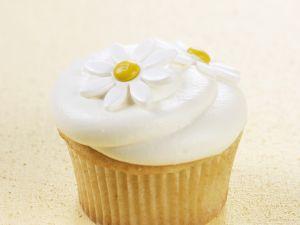 Vanille-Cupcake mit Blüten verziert Rezept