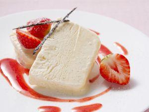 Vanilleparfait mit frischen Erdbeeren Rezept