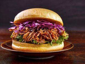 Veganer Pulled Pork-Burger aus Jackfrucht