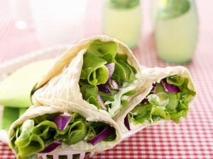 Vegetarische Wraps mit Wasabicreme, Avocado, Salat und roten Zwiebeln Rezept
