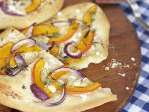 Vegetarischer Flammkuchen mit Kürbis und Ziegenfrischkäse Rezept