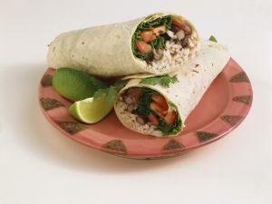 Vegi-Wrap mit Reis, Bohnen, Salat und Tomaten Rezept