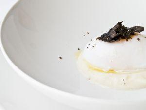 Verlorenes Ei mit Pastinakenmousse und schwarzem Trüffel Rezept