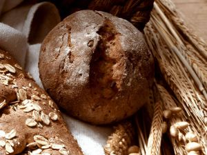 Vollkornbrötchen mit Zwiebeln und Speck Rezept