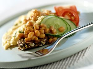 Vollkornbrot mit Omelett und Baked Beans Rezept