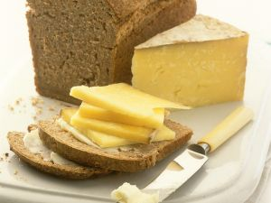 Vollkornkastenbrot mit Butter und Käse Rezept