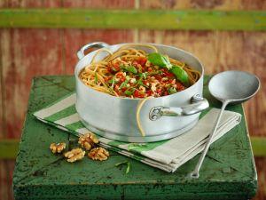 Vollkornnudeln mit Tomatensauce und Nüssen Rezept