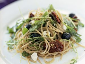 Vollkornspaghetti mit Schafskäse, Oliven und getrockneten Tomaten Rezept