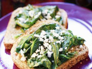 Vollkorntoast mit Schafskäse und Spinat Rezept