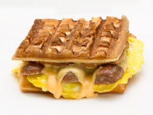 Waffel-Sandwich mit Käse, Ei und Wurst Rezept