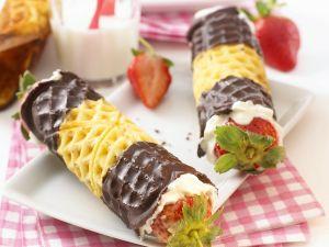 Waffelröllchen mit Sahne-Erdbeer-Füllung Rezept