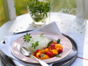 Waldmeister-Mousse mit Obstsalat Rezept