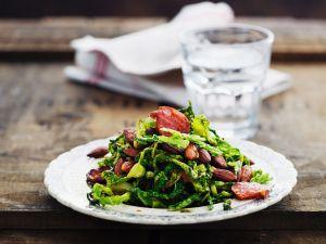 Warmer Wirsingsalat mit Mandeln und Wurst Rezept