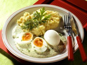 Weiche Eier mit Kartoffelbrei und Kräutersoße Rezept