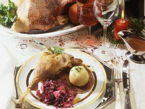 Weihnachtlicher Gänsebraten mit Apfel-Rotkraut und Knödeln Rezept