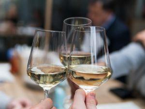 So kühlen Sie Wein im Sommer richtig