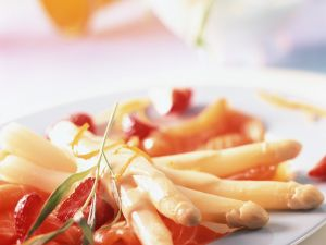 Weisser Spargel mit Erdbeeren, Lachs und Orangensauce Rezept
