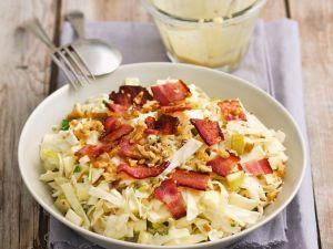 Weißkohl-Apfel-Salat mit Nüssen und Speck Rezept