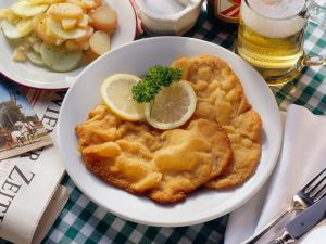wiener schnitzel mit kartoffeln rezept eat smarter. Black Bedroom Furniture Sets. Home Design Ideas