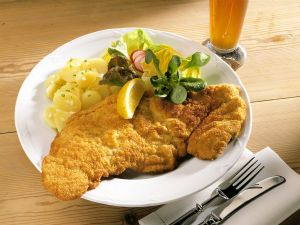 wiener schnitzel und kartoffelsalat mit gurken rezept eat smarter. Black Bedroom Furniture Sets. Home Design Ideas