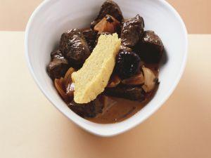 Wildgulasch mit Kaffee-Trockenpflaumen Rezept