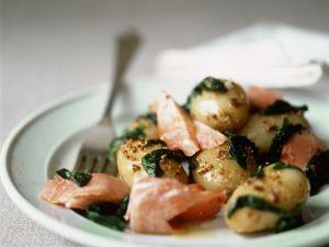 Wildlachs mit kleine Kartoffeln, Spinatgemüse und Senfsoße Rezept