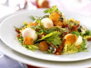 Winterlicher Salat mit Wachteleiern und Weißbrotwürfeln Rezept