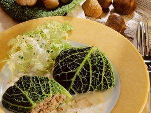 Wirsingpäckchen mit Maronifüllung und Pilzsoße Rezept