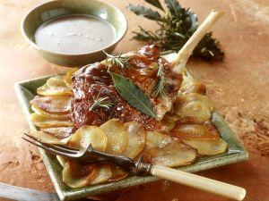 Würzige Lammkeule mit Kräutern und Kartoffeln Rezept
