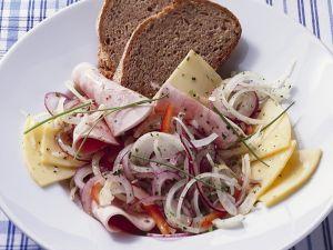 Wurstsalat mit Käse Rezept