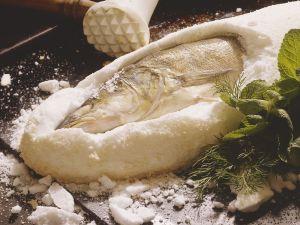 Zander in Salzteig gebacken Rezept