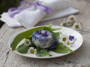 Ziegenkäse mit Bärlauch und Essblüten Rezept