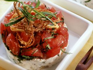 Ziegenkäse-Tomaten-Türmchen mit Röstzwiebeln Rezept