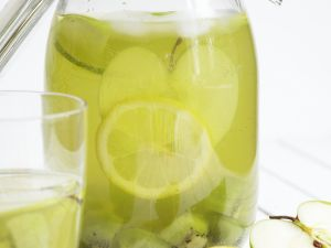 Zitronenlimonade mit Apfel und Kiwi Rezept