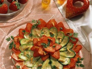 Zucchini-Erdbeer-Carpaccio mit Pinienkernen Rezept