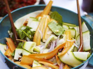 Zucchini-Möhren-Salat mit Zwiebeln Rezept