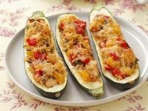 Zucchini-Schiffchen mit Huhn, Reis und Paprika Rezept
