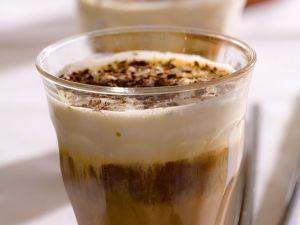 Zwei Gläser Espresso mit Schoko-Nusslikör und Sahne Rezept