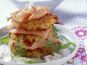 Zwiebel-Kartoffel-Puffer mit Lachsforelle und Meerrettich Rezept