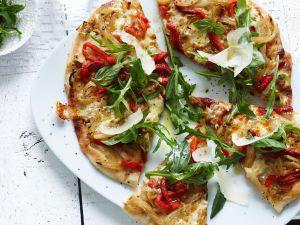 Zwiebel-Paprika-Pizza mit Rucola Rezept