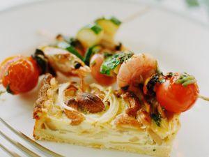 Zwiebelkuchen mit Garnelenspießen Rezept
