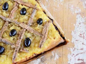 Zwiebelkuchen mit Oliven und Sardellen Rezept